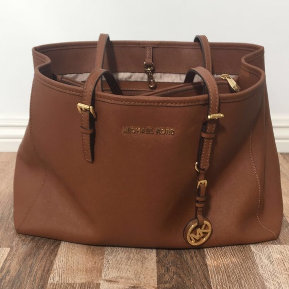 557fcd2cb8f2 MICHAEL KORS Jet Set Travel large saffiano tote. M_5b847dec34a4efc0f77ff8a0